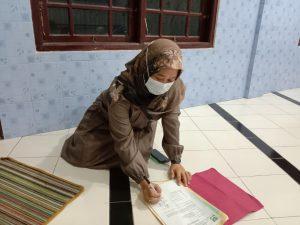 Tanda tangan Hj. Puji Ning Tias sebagai saksi atas penyerahan tanah waqaf